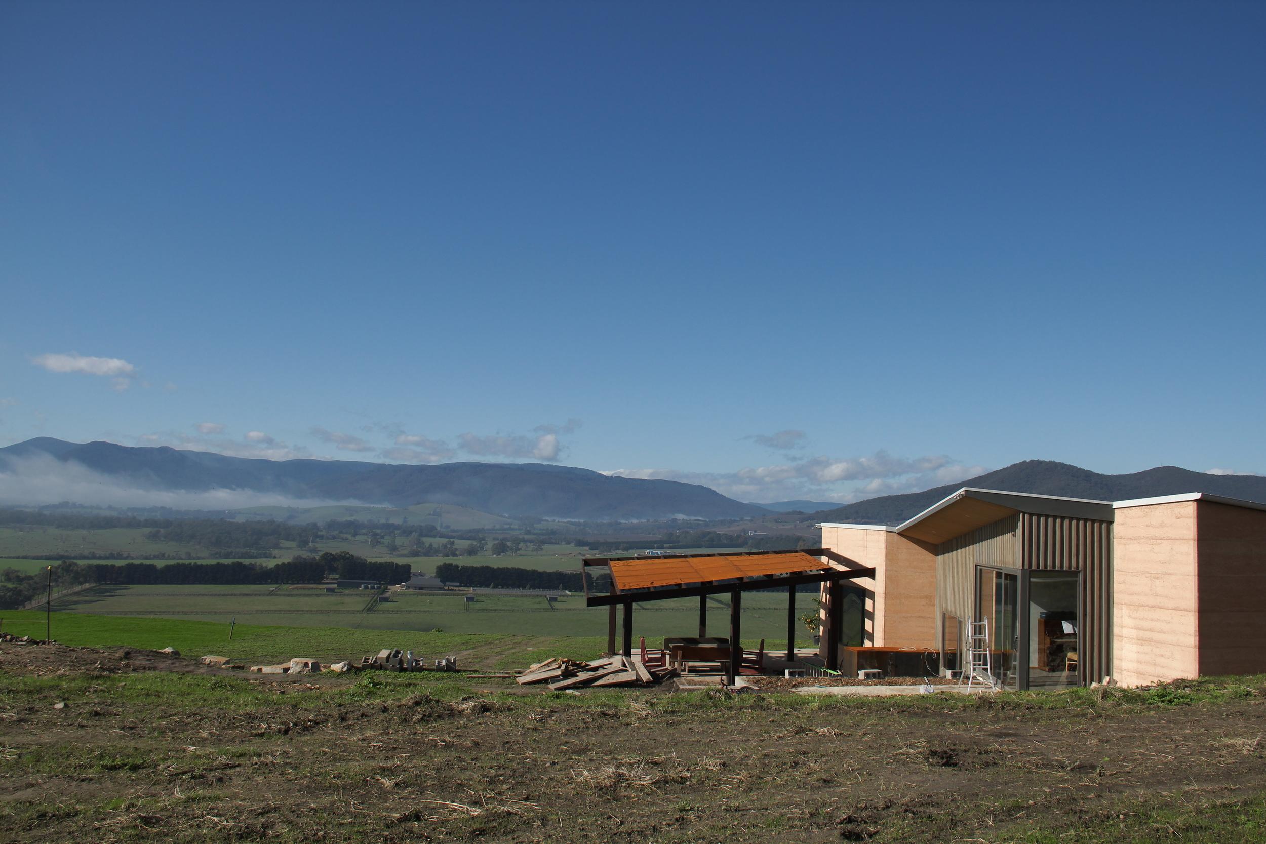 Another home in Yarra Valley, Melbourne. 在Melbourne附近Yarra Valley山上的家,房屋請設計師設計,屋內木地板保暖。外面有一大塊土地作為花園,我們和家人要善後。