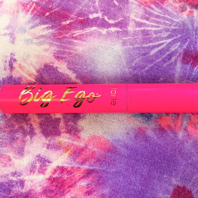 i walked around Sephora for 15 minutes before buying @tartecosmetics big ego mascara. maybe it was the pink tube or maybe it's bc I know their products are vegan & cruelty free but I hadn't even read anything about it. This mascara claims to lift lashes for 16 hours and I can vouch for this claim. I have to wear about 10 coats to get my desired spider leg look but overall, happy with my impulse purchase. Peep my lashes in my story 😛👀🕷