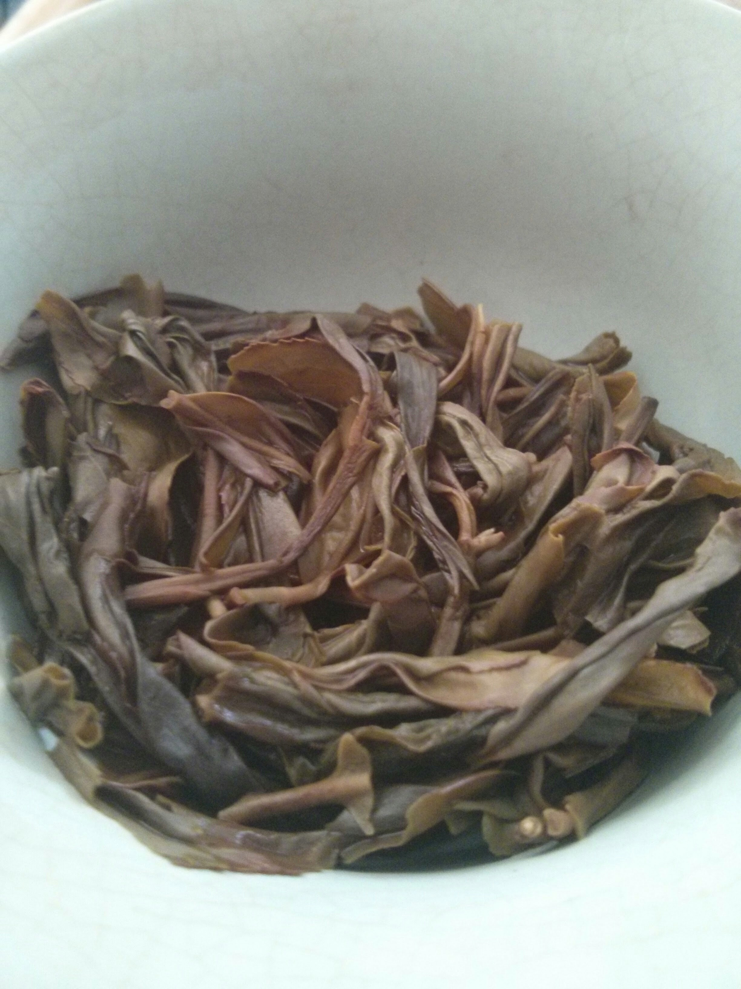 The brewed leaves were extremely pungent. They filled up the room with a sweet aroma, but at the same time it was almost musk-like