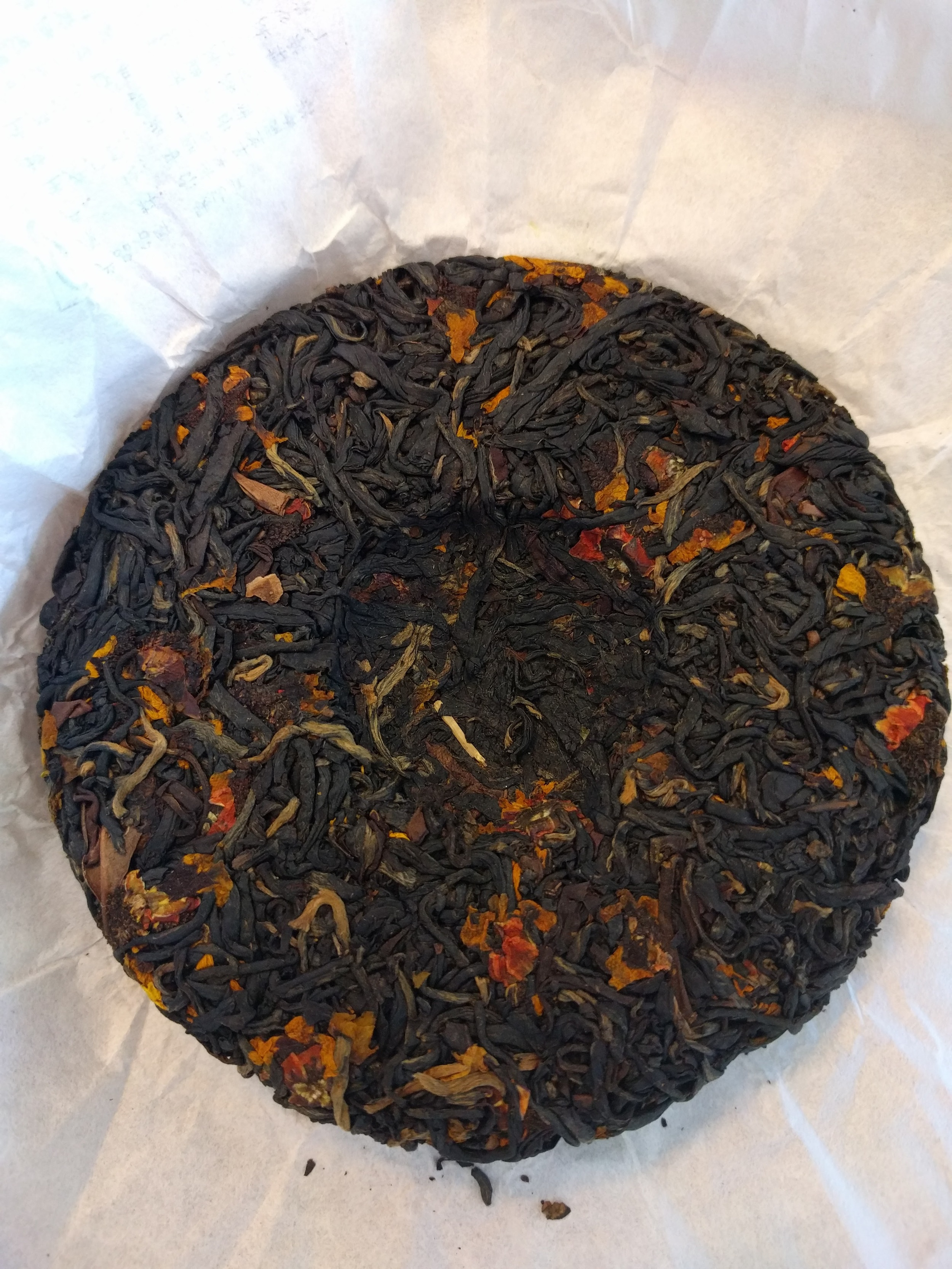 I find the pressed chrysanthemum looks beautiful contrasting the Dianhong wild purple black tea.