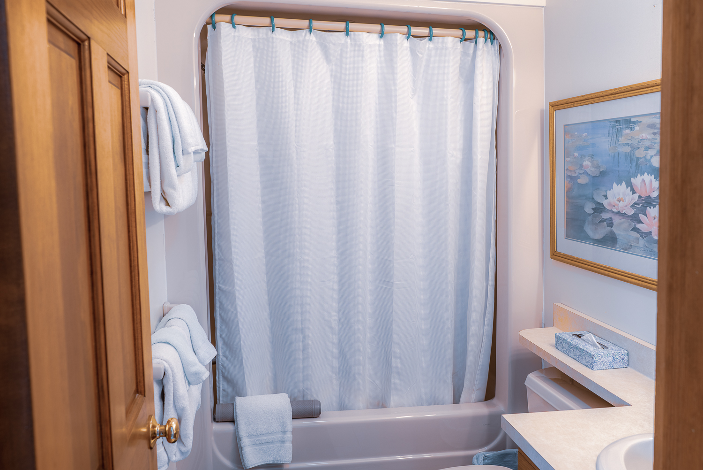 Bathroom in second-floor Queen.jpg