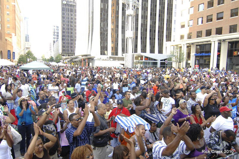 Large crowd on City Plaza applauding Main Stage performance