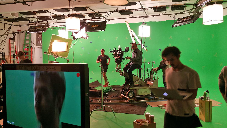 幕后:水野波视频与大量的CGI镜头完全在我们的绿屏工作室。
