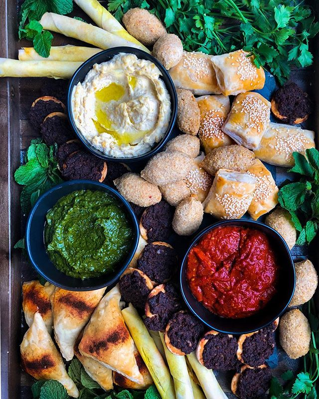GIVEAWAY!  First of all, how stunning is this platter? I'm testing our grab and go items to serve on Purim day as people are running in and out of the house on @grandandessex this week.  But guys, let's look full picture for like half a minute. Purim is on Thursday this year and let's face it, no one, and I mean no one really wants to think about putting together a Shabbos meal especially after planning an incredible seudah. So Grand & Essex has your back. This week one of our customers has the opportunity to win a Friday night dinner for 6 (some limitations apply)  To enter, 1. Like this picture  2. Follow @grandandessex and @cookinginheelss  3. Tag three friends Below  Contest closes 3.14 11:59 pm Items must be picked up from grand&essex. This contest is in no way affiliated with Instagram.  #partner #giveaway #contest #grazingtable #beautifulfood #food #grabandgo #petitefore #horsdevours #cocktails