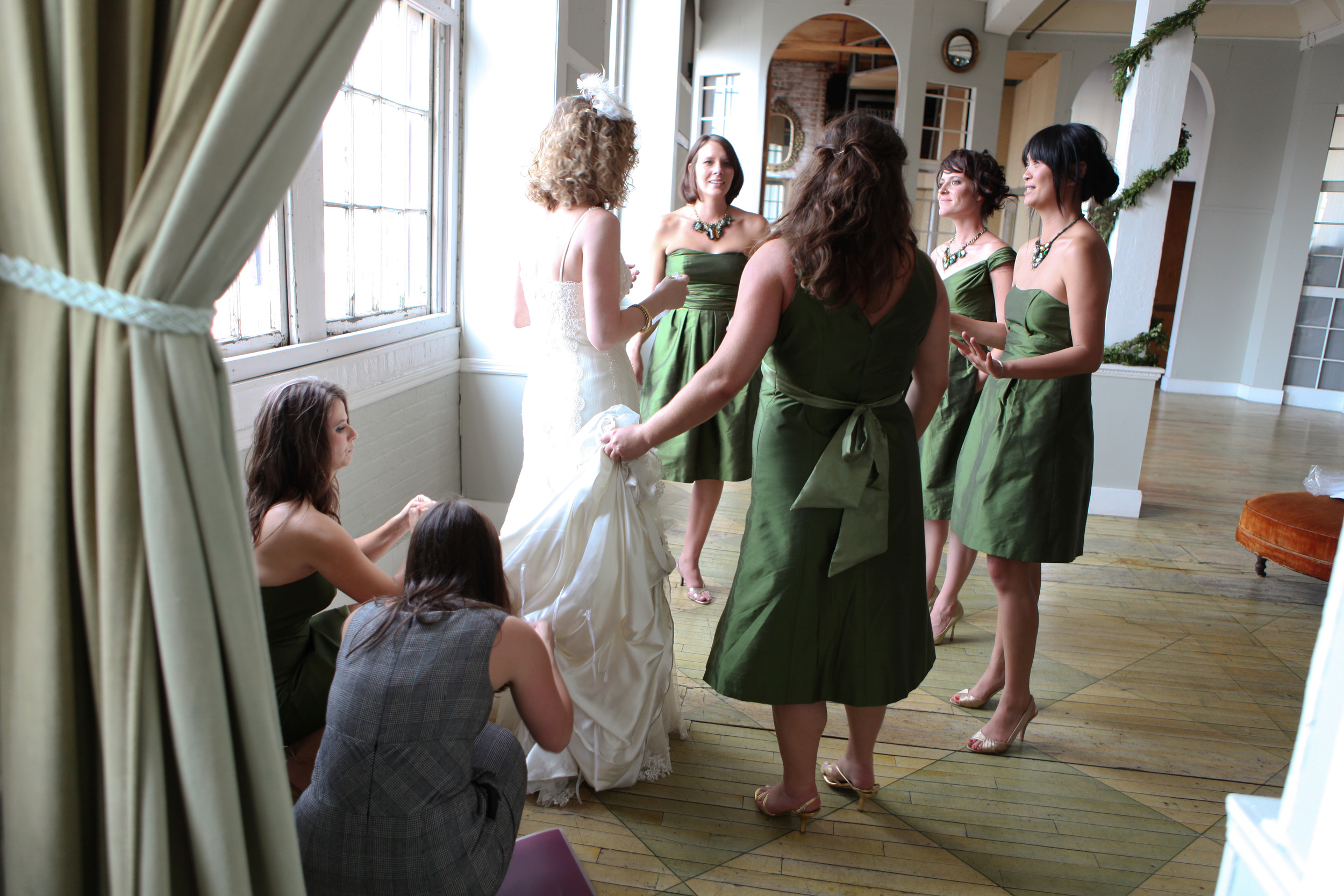 Fixing the bustle (Photo: Shira Weinberger Photography)