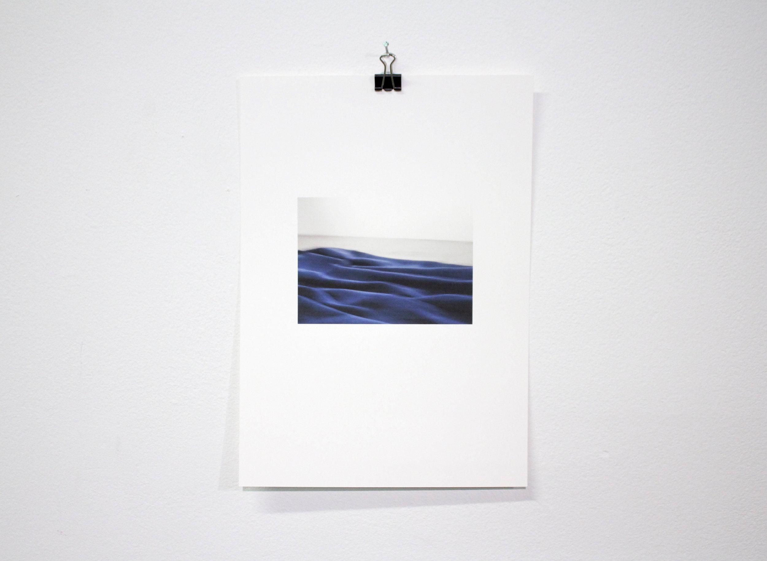 Päiväpeitto gallerian lattialla  2017  valokuvatuloste
