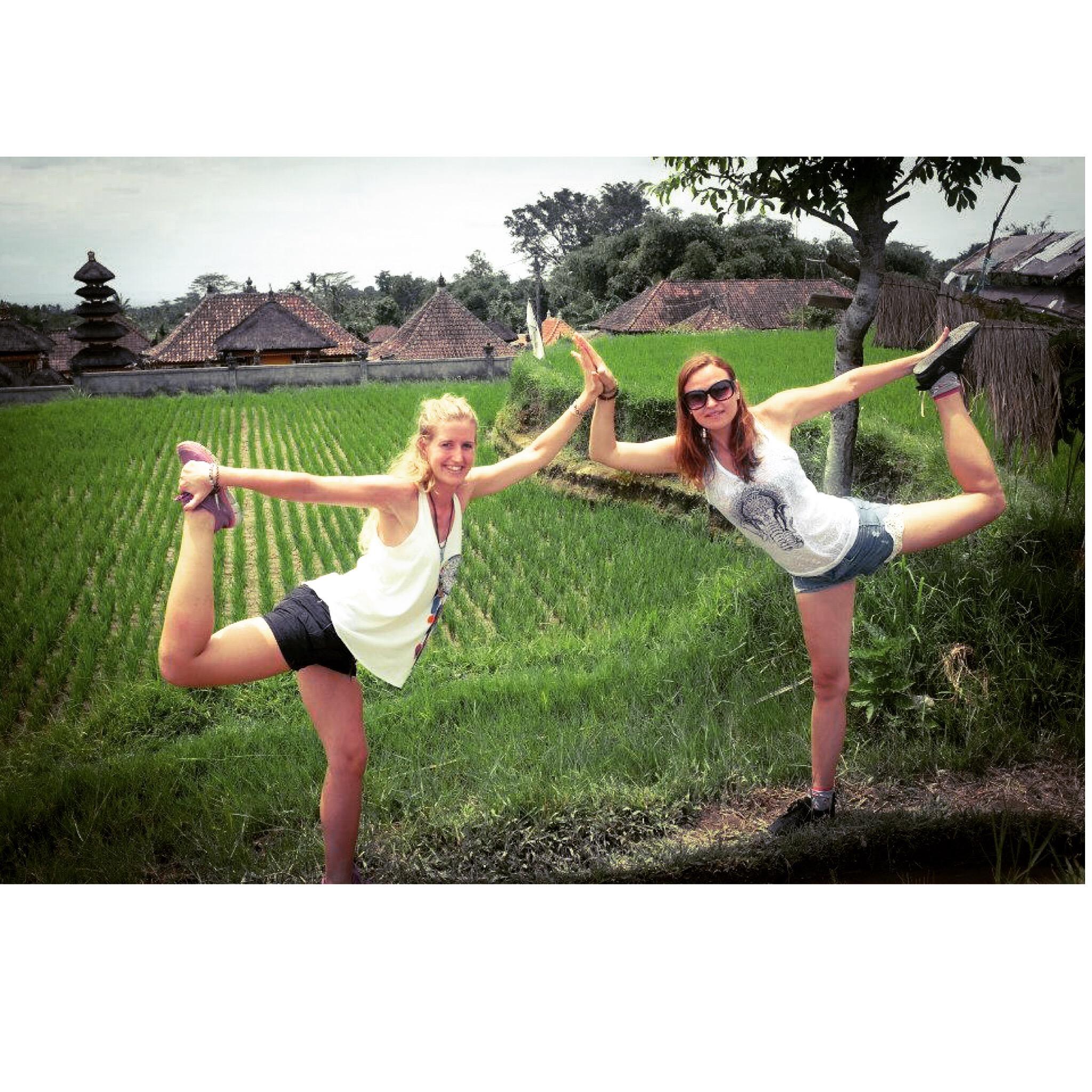 Joanna synes vi skulle lave en yogapose sammen midt i rismarkerne.