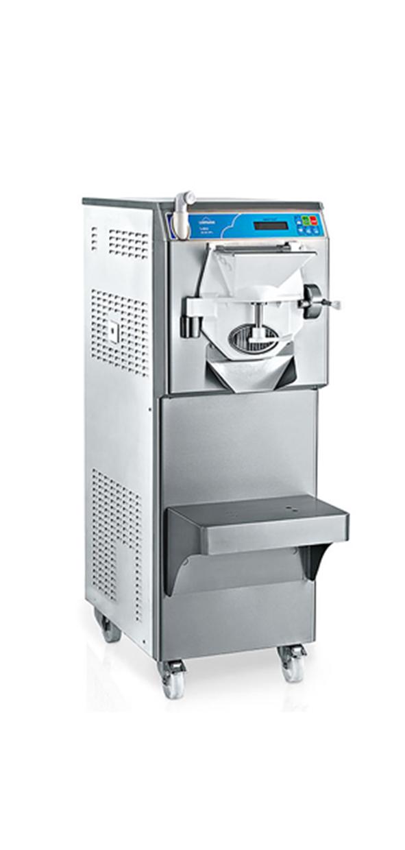 GELATO-/ISKREMMASKINER  Når du har laget ismiksen din så er du klar til å lage is. Det finnes mange forskjellige maskiner å velge imellom, men i all hovedsak skilles disse på kapasitet. Vi har maskiner som dekker hele spekteret.  Fra de små enkle til de store og avanserte. Felles for de alle er at de er forprogrammert til de fleste typer is/sorbet, de er enkle i bruk og enkle å vaske.