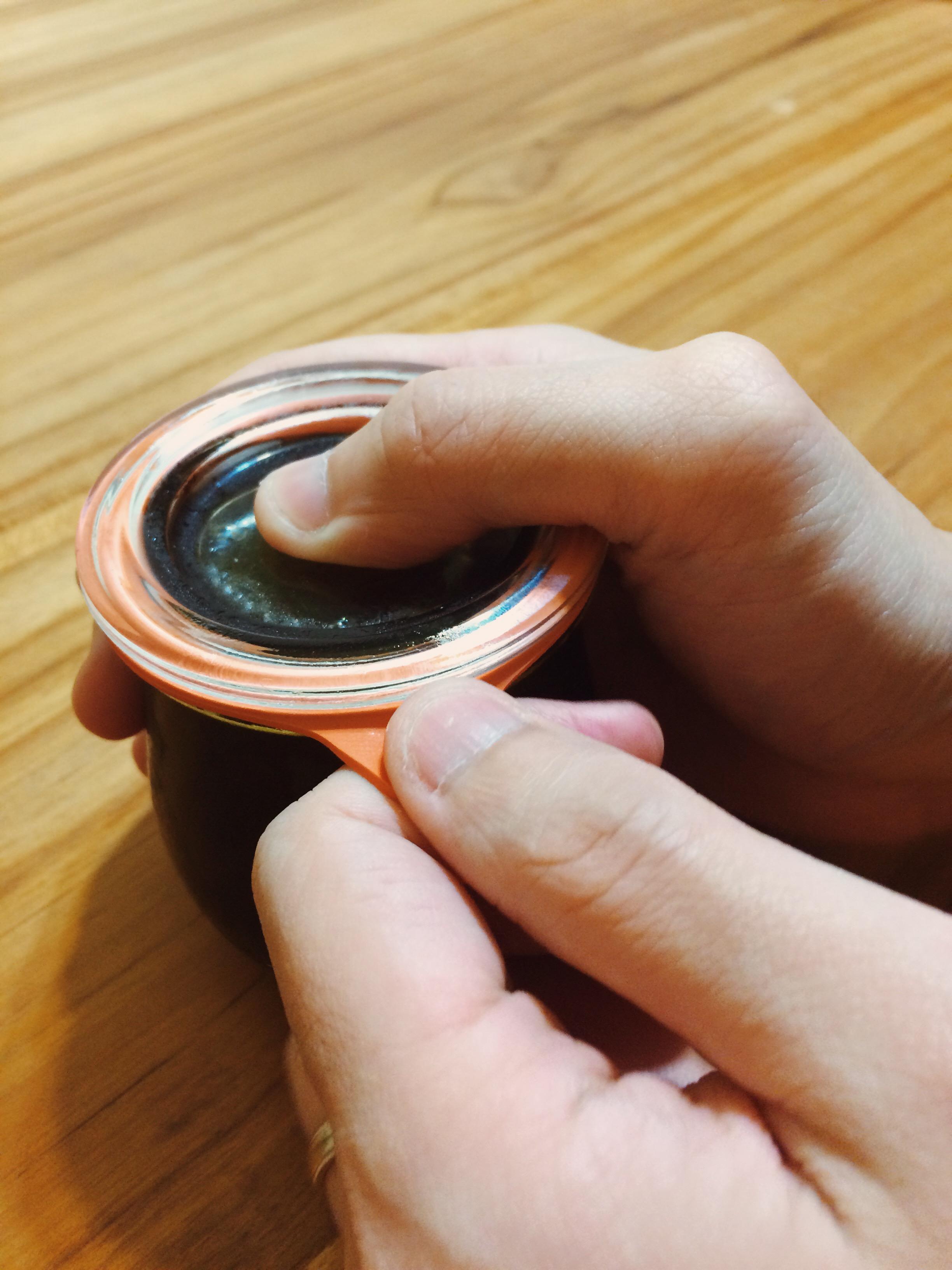最重要的步驟!一樣壓住瓶蓋,拉開橡膠圈舌頭。