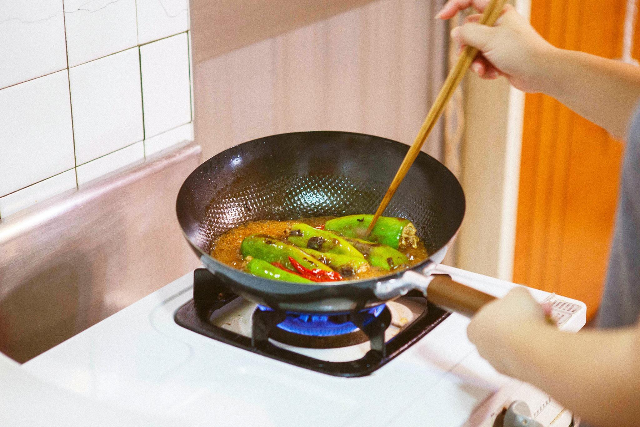 加入醬油蔭油紹興酒與冰糖煮製,有弧度的深鍋不太費醬料,火力旺煮製時間縮短。