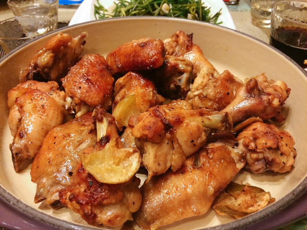 裹上麥芽糖和醬油之後,雞翅就能迅速上色更加美味。
