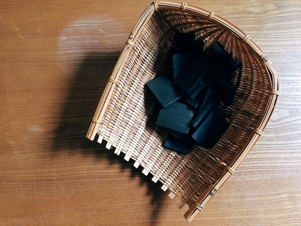 經兩週1,000度高溫窯燒的竹炭,堅硬耐用,孔隙多出木炭2倍,效率更好。