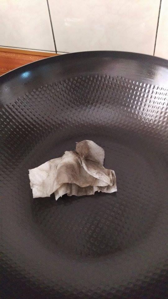 剛開始使用以紙巾塗油養鍋時會發現一抹就黑,請不用擔心。 - 此黑垢是料理時經鐵鍋表面孔隙吸付進去的油脂進過高溫烘乾以及料理後殘留的正常物質,並不會有害也不是化學塗層喔~
