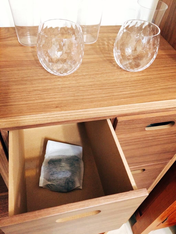 可裝在不織布袋中放到新家具除臭。