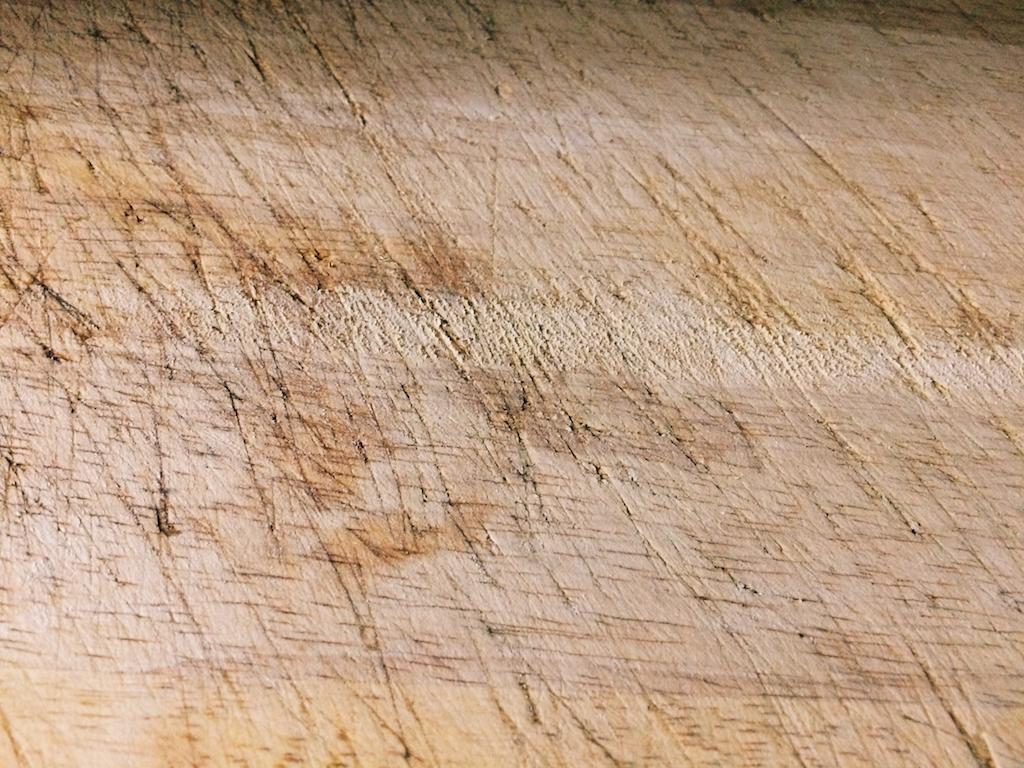 木頭砧板常見缺點 - 一般木頭材質砧板用久之後就會如照片般產生各種刀痕,因此不易洗淨,容易發霉。