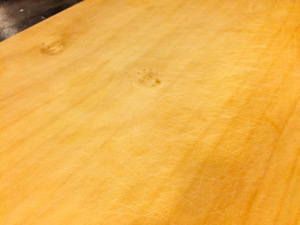 銀杏砧板會自動密合刀痕 - 清洗之後,銀杏砧板會因吸收水份而自動密合使用時切割的刀痕,如照片中所見白白痕跡就是;因此相較一般木頭材質更不卡髒污,使用更乾淨。