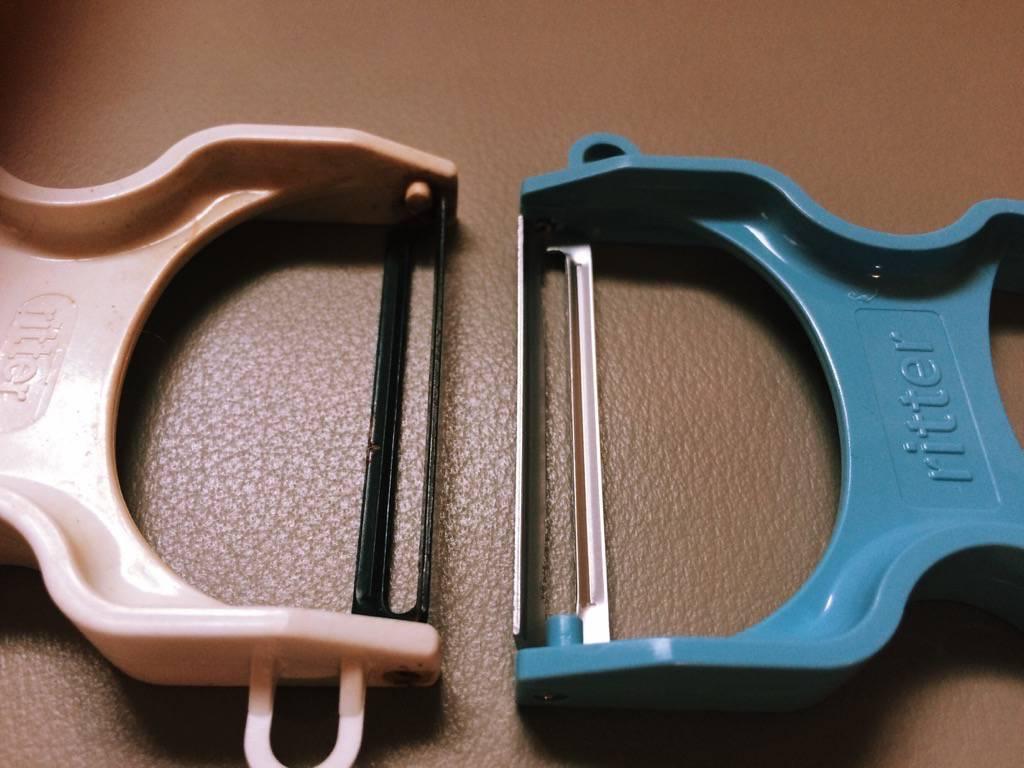 左邊是一般款,右邊是不鏽鋼刀刃。