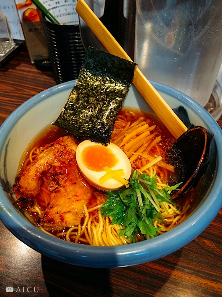 日本四處可見的拉麵,也沒吃過裝在塑膠或美耐皿裡頭的。