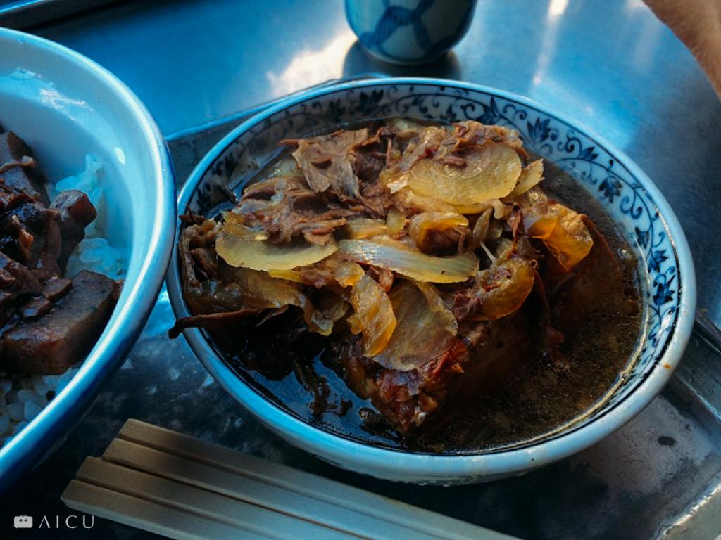 即將搬遷的築地場外,有名的內臟丼,大家站著吃,每天來往客人無數,可用的仍然是陶碗。