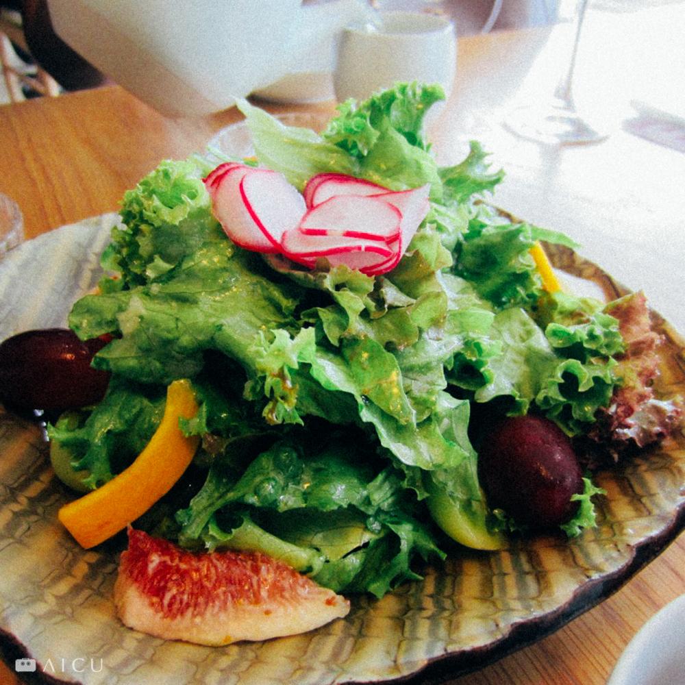 一盤青菜沙拉,底下的盤子也是另一種美味。