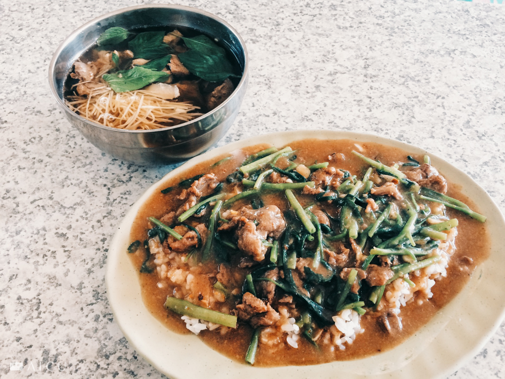 豬肉、牛肉、羊肉燴飯,台灣獨有的沙茶味道,卻同樣用已經褪色的美耐皿裝盤。