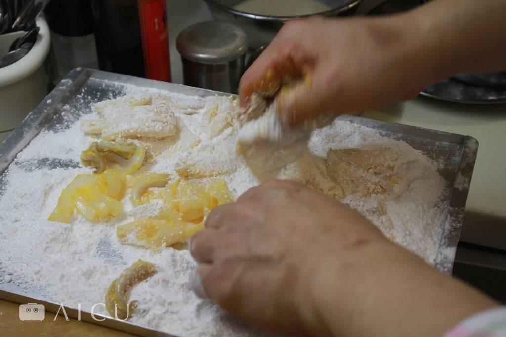 透抽先打顆蛋黃增加黏性,然後再裹上粉。