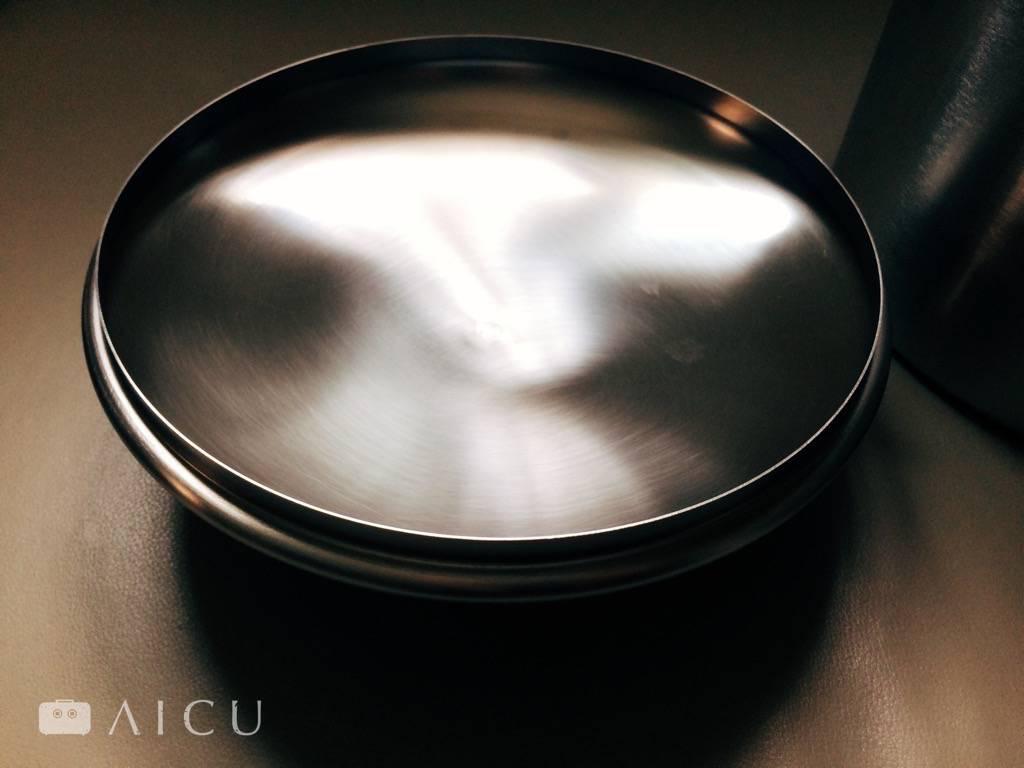 特別設計內凹的鍋蓋,打開之後蒸汽的水會流到內凹處,因此不會像是一般鍋蓋滴下來。