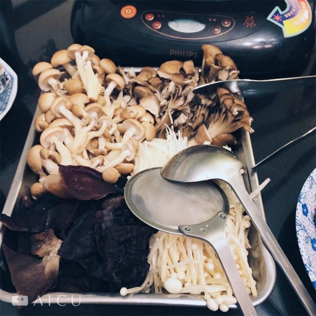 好菇道加木耳,回家途中簡單再多買幾包,配料就有。且高麗菜現在破盤便宜。