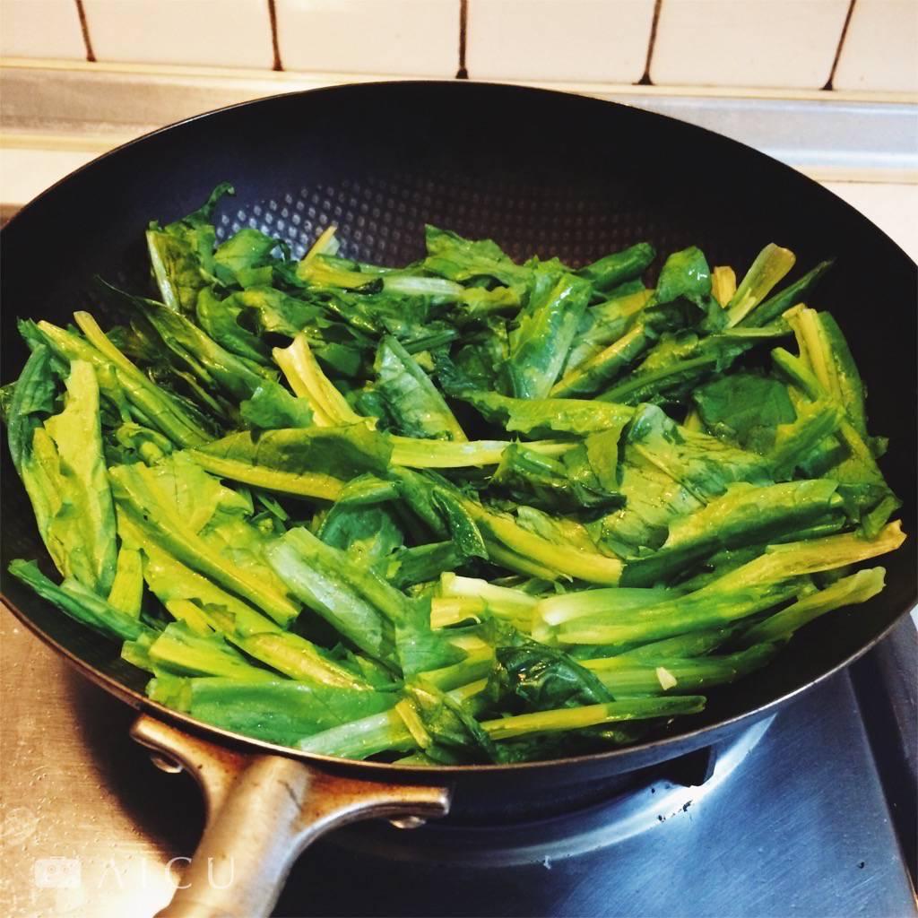 炒青菜不要一放入鐵鍋就一直翻動,先放一下讓熱度上來。