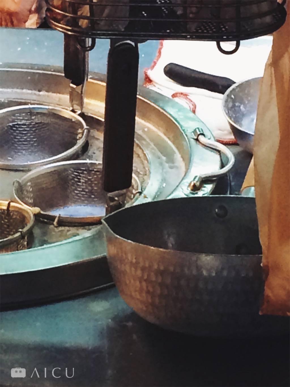 可以看到鍋裡頭都已經磨平,且鍋身根本沒有完全緊密鎚打,只是做做樣子。