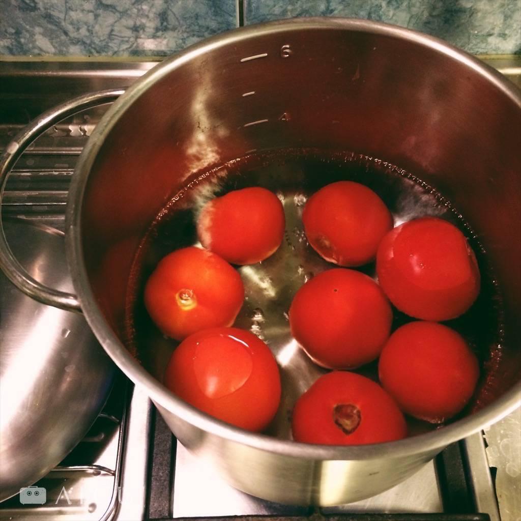 02|煮滾水,燙番茄15秒到1分鐘至皮裂開即拿起,放到旁邊裝冰水的調理盆中降溫。