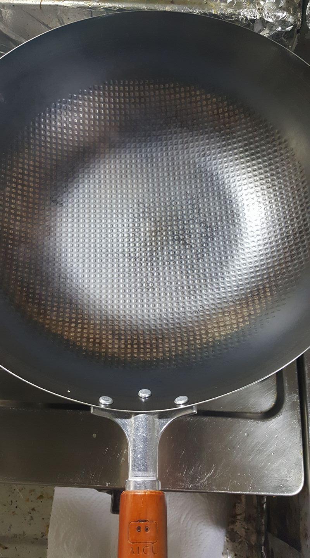 成長期 - 經過各種衝突之後,你會發現你的神器鐵鍋會開始慢慢轉黑並且帶點油光,逐漸更上手好用,它美麗的樣子常常吸引了你的目光。神器鐵鍋就像海綿一樣,事實上表面是有許多細小孔洞,在您每次使用時小孔洞就會吸收料理的油脂,使鍋面變成平滑,這情形就像是我們保養臉一樣,而光滑之後就能達到物理性的不沾,這也是鐵鍋為什麼沒有不沾鍋的化學塗層也能達到不沾的原因。
