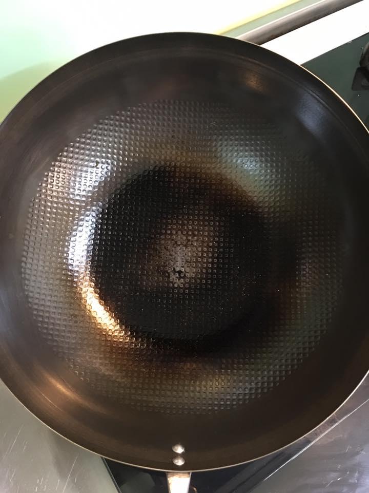 成熟期 - 等到像這樣,使用過的一些傷痕焦痕都整合成了黝黑發光的鍋面時,你的神器鐵鍋就已經轉大人,和你攜手走過無數菜餚,而且將繼續帶來更多生活樂趣。