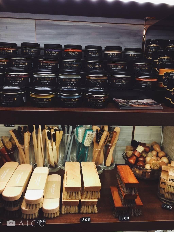 懂得保養是種生活品味。 - 數十種鞋油、各種功能鞋刷的專門店。
