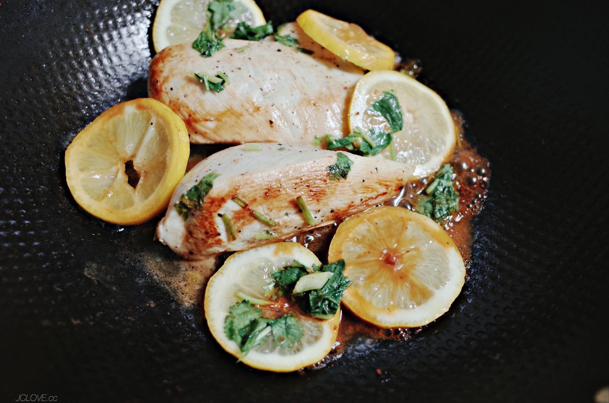 4. 起鍋後切片放上在備好的蔬食上就完成了。