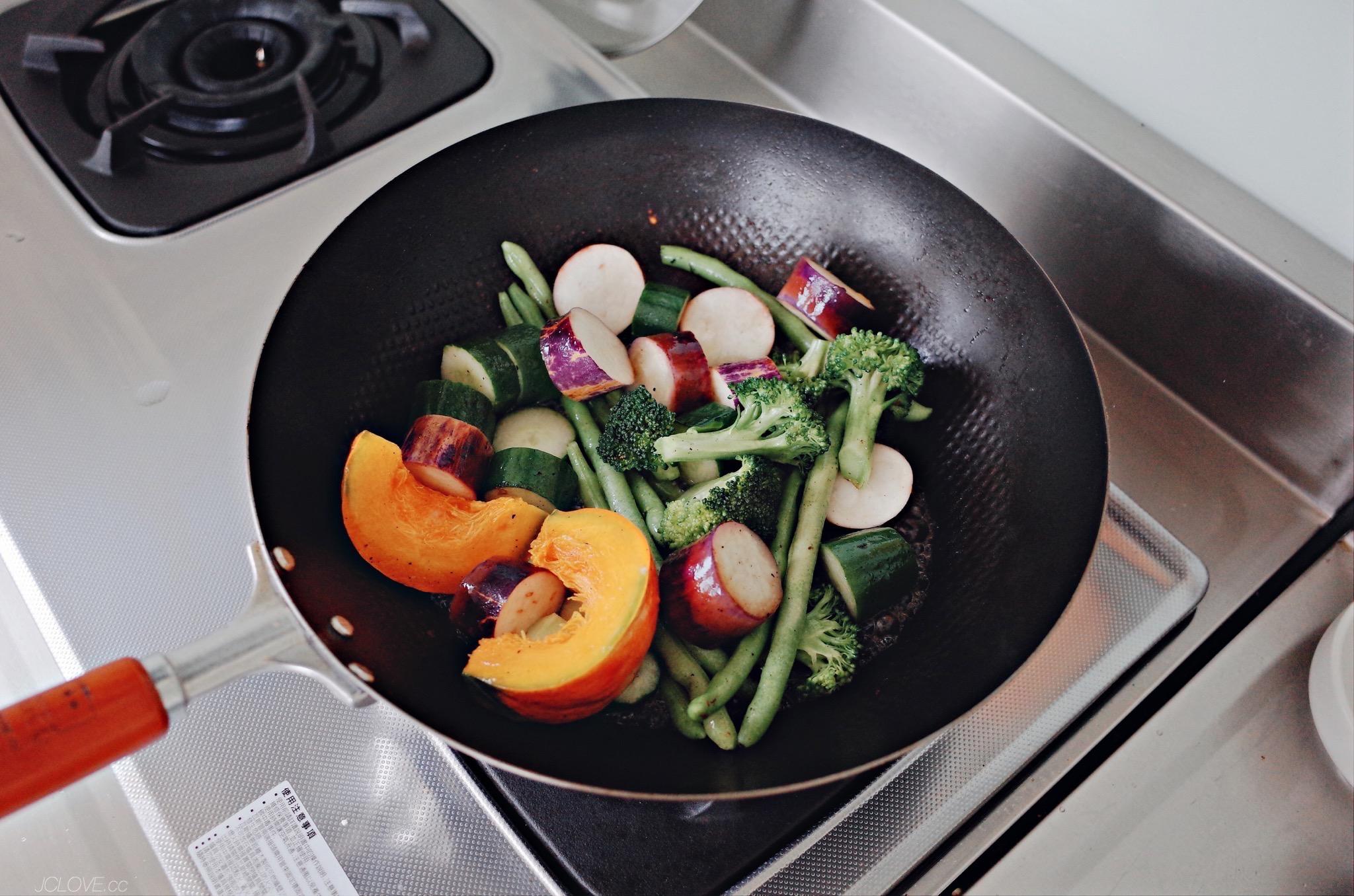 2. 椰子油炒香準備好的蔬食(南瓜、茄子、小黃瓜、四季豆、綠花椰)。