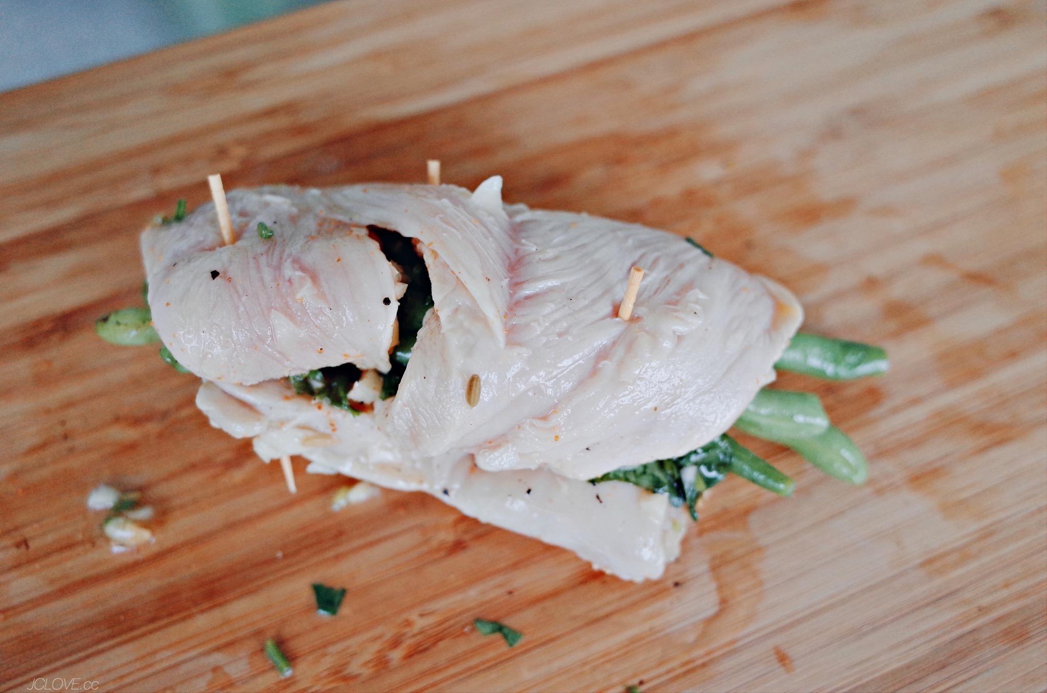 3. 將炒好部分蔬食用雞胸肉捲起(我今天用四季豆),剩下的盛裝入盤中當底菜。 4. 捲好後可用牙籤稍微固定,中火慢煎熟(可蓋鍋)。