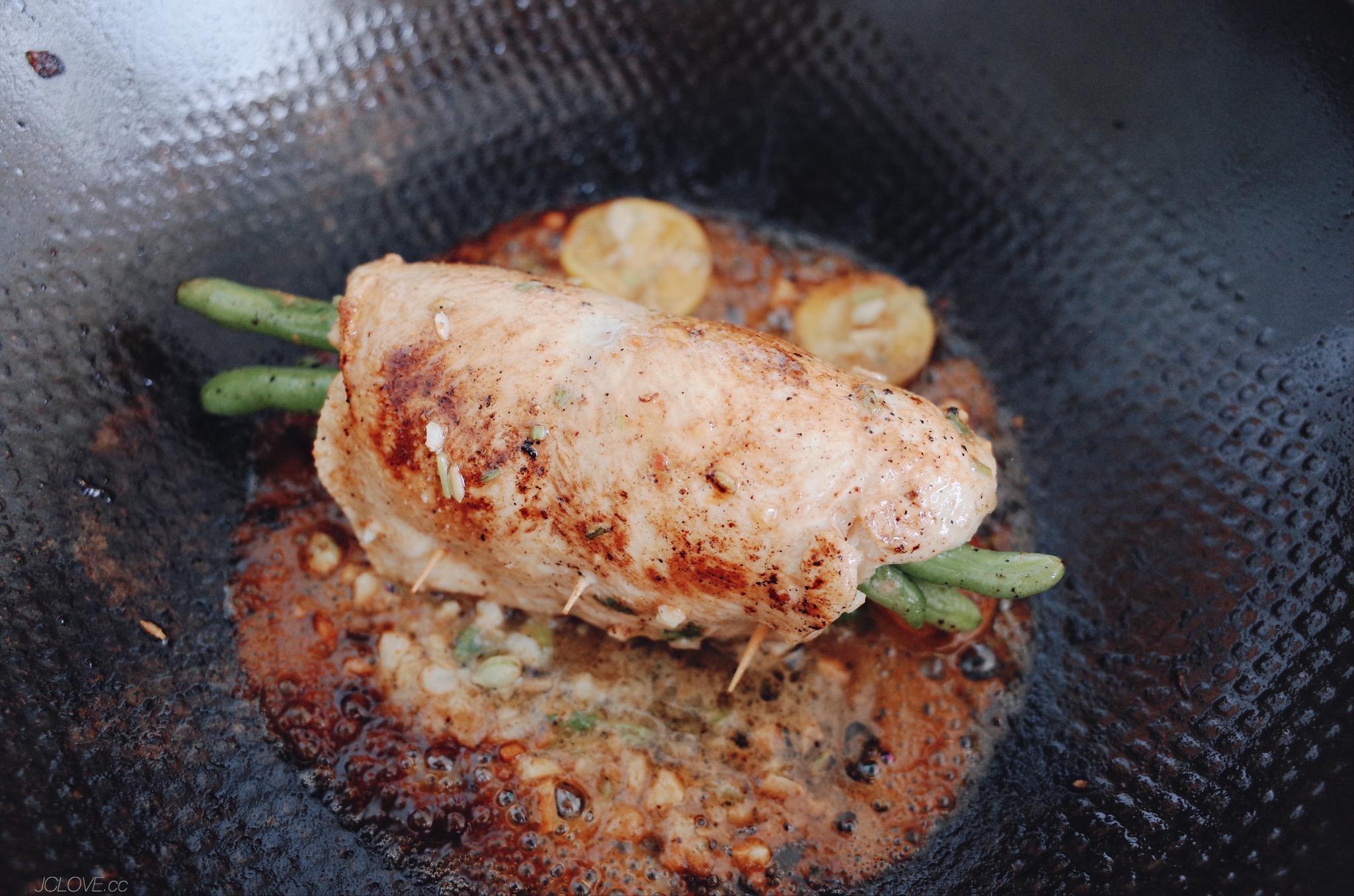 5. 快煎熟透時可將醃料大蒜末和幾片金桔片放入鍋中一起煮。 6. 盛盤後可撒些帕瑪森起司條一起吃。