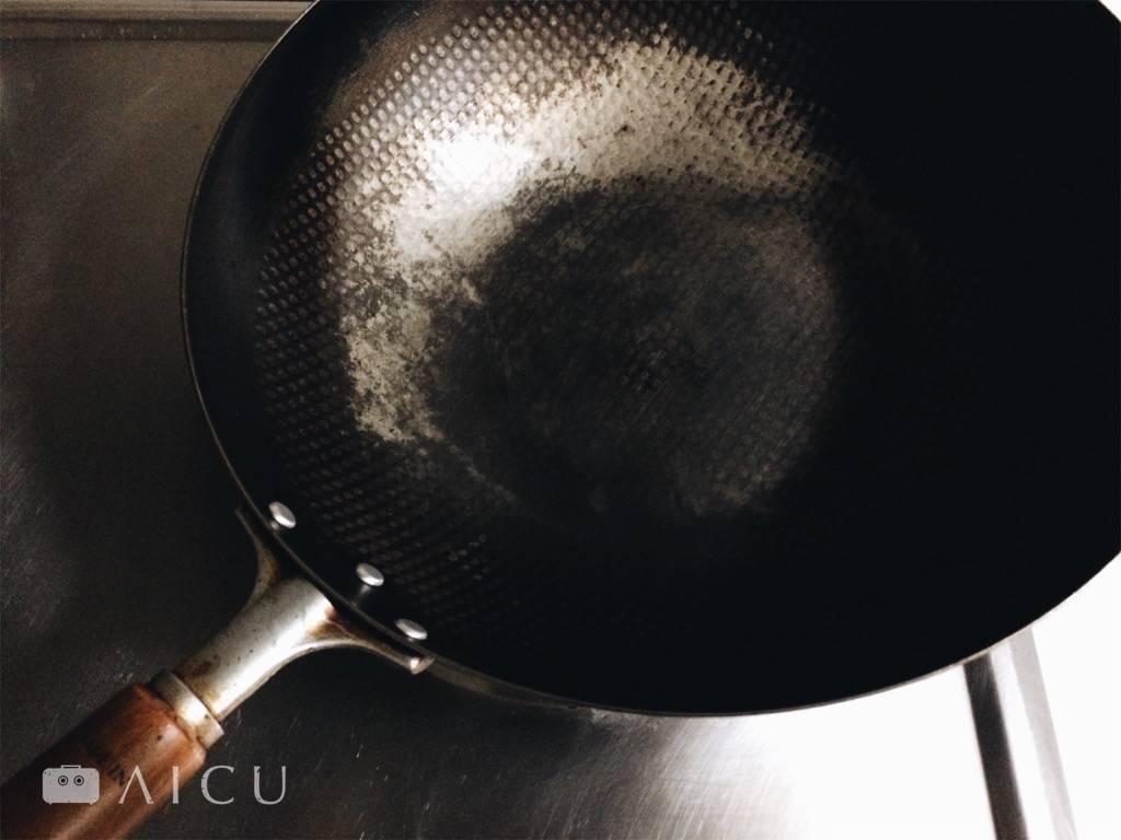 趁熱刷掉就對了 - 黏底千萬別泡水等軟化,刷白了用久就會黑回來。