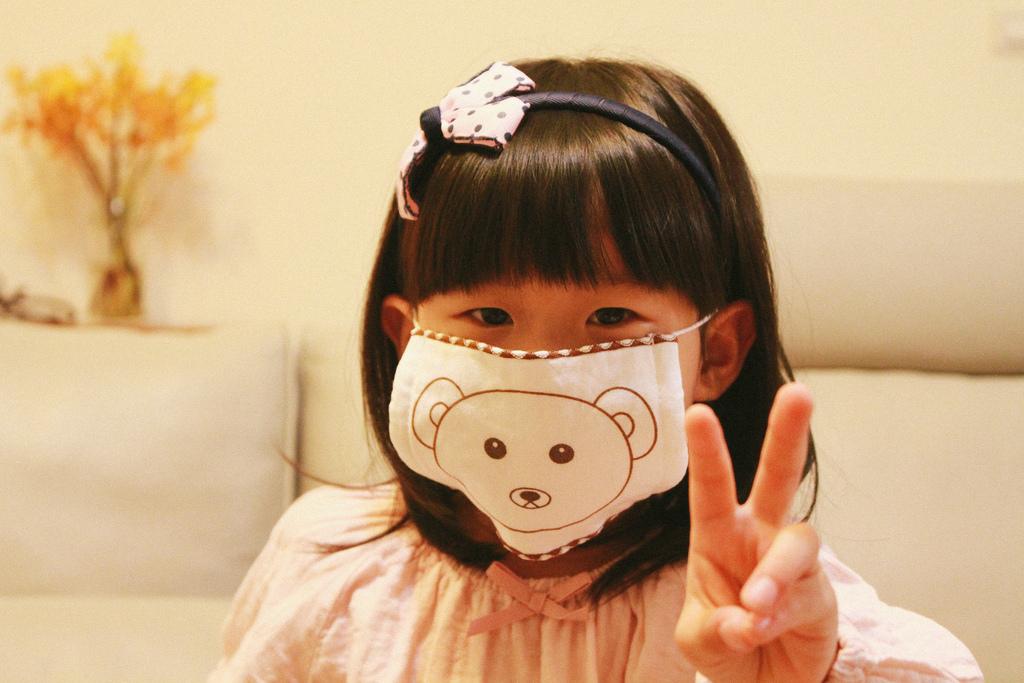 日本製100%純棉四重紗 - 質地溫和地不傷小朋友肌膚。經特殊加工,具備消臭、除臭、抗菌、隔離過敏原多功能,一罩搞定。手洗日曬後簡單清洗可重複使用,有大熊和兔子兩種造型。