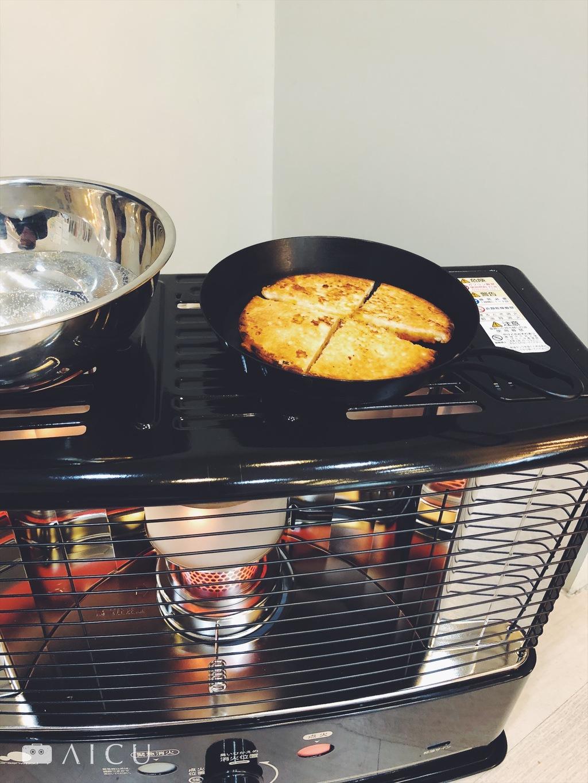 這種傳統式暖爐上頭可以擱著東西加熱,放小鐵烤東西有種帥氣感。