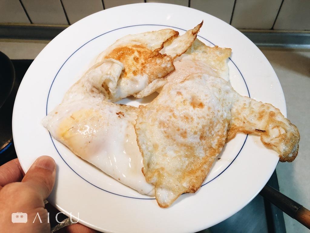 善用火力,鐵鍋同樣能夠煎出白嫩到焦香各種樣子的蛋來。