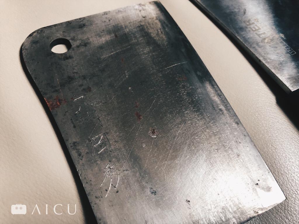 和鋼剁刀請高手擁有 - 更沉更利,但也更易生鏽,需高手方能擁有。