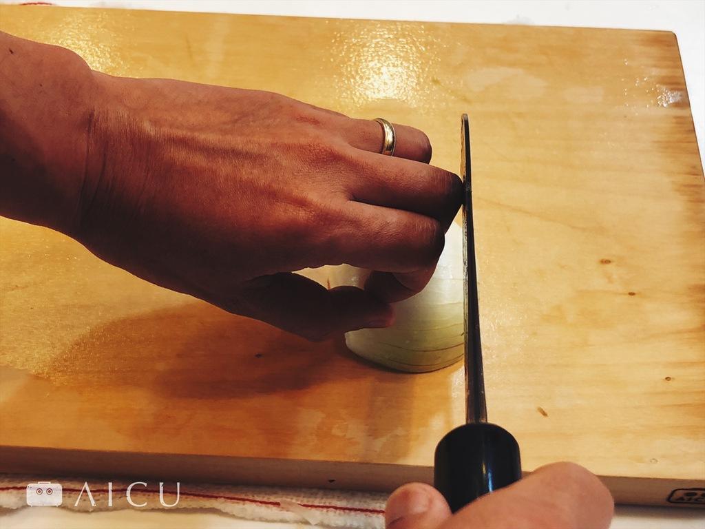 正確切法 - 把手指彎起來,讓菜刀接觸指關節。