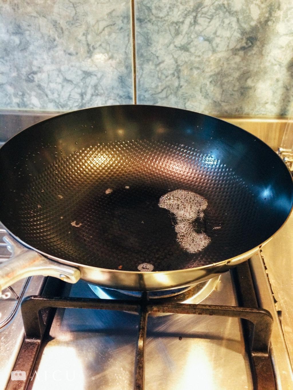 04 上火烘乾潤油 - 將鐵鍋放上火源開中小火,家用瓦斯約10秒即可蒸發水份。等水份均蒸發完畢後,即可倒入油。#33公分鐵鍋因為全圓底,因此只能適用瓦斯爐。#28公分鐵鍋有平底因此可適用於瓦斯爐/黑晶爐/IH爐。#28公分/20.5公分平底鍋可適用瓦斯爐/黑晶爐/IH爐。#神器鐵鍋開鍋使用任何油都可以,