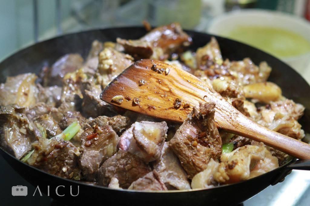 煮 - 燉、煮、收汁,可別把佐料一口氣全都丟到鍋裡頭就作罷。透過先煎出香氣、封住肉汁等作法,可以讓燉煮滋味有了層次,快來看各項課程的教學吧。