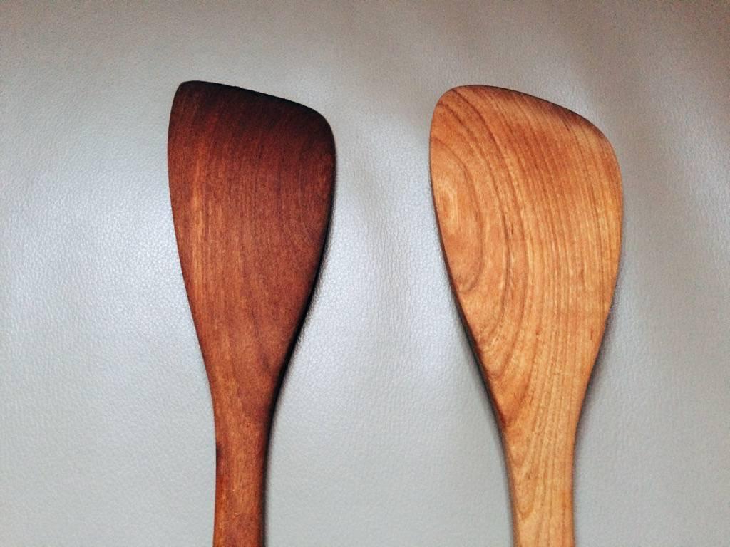 未上漆櫻木木鏟|左邊是開始使用後木紋逐漸加深,右邊是未曾使用過。