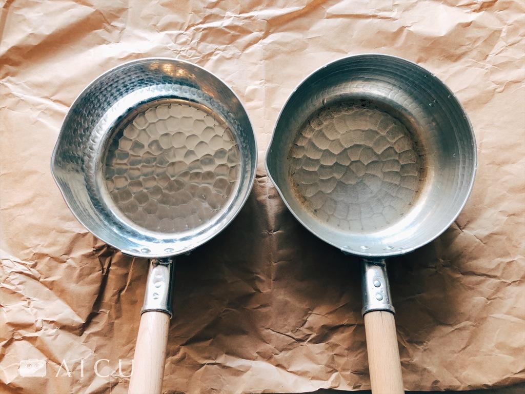 鋁雪平鍋|左是未曾使用過,右邊是開始使用之後鋁逐漸轉成銀灰色的表層,如此可增加耐用。