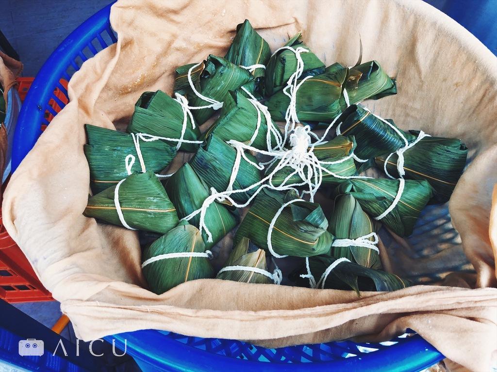 甜點般的鹼粽 - 台語發音「粳粽」(kĩ-tsaŋ),就是鹼字的意思。糯米+鹼液,兼具黏滑口感,冰過之後沾二砂砂糖吃,是最具夏日風情的甜點。