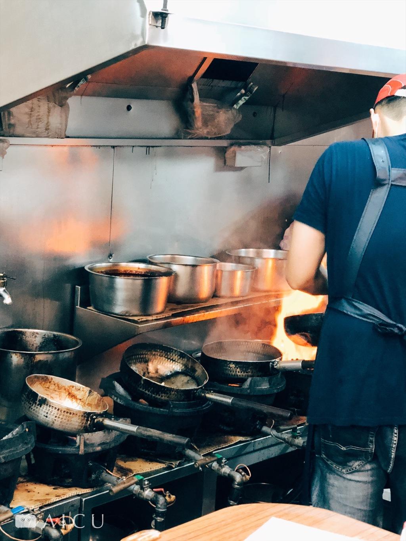 也是很常見的拿鋁雪平鍋來爆炒,高溫之下若又煮酸,真的很危險。